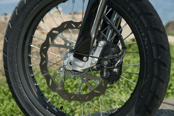 Braking duties are handled by a single 300mm disc at the front and a 220mm disc at the rear.