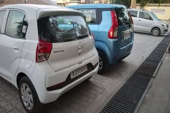 Blue Color Maruti Suzuki WagonR vs White Color Hyundai Santro Rear Profiles